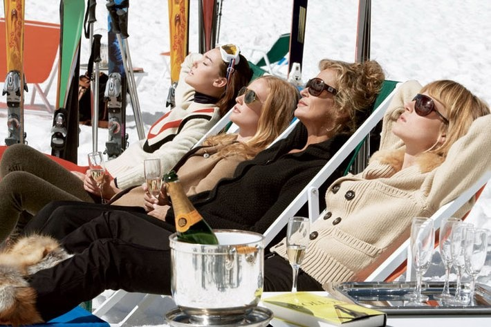 relaxing-skiers