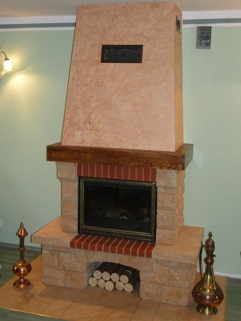 kominek rustykalny w bardzo tradycyjnej obudowie_ wykonczony piaskowcem